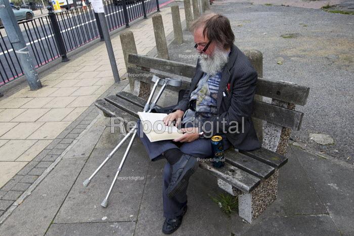 Regular bench reader in Poplar, Tower Hamlets, East London. - Jess Hurd - 2013-09-26