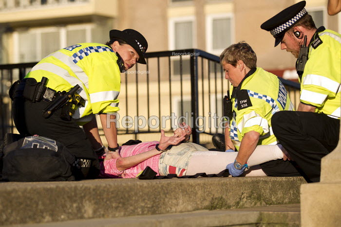 Arrest of woman by police officers on the street on Brighton seafront. - Jess Hurd - 2013-09-23
