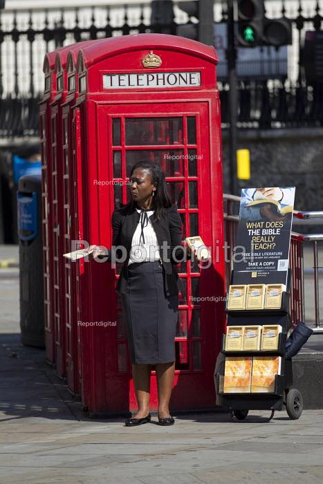Christian woman preaching The Bible, The Strand, London. - Jess Hurd - 2014-07-25