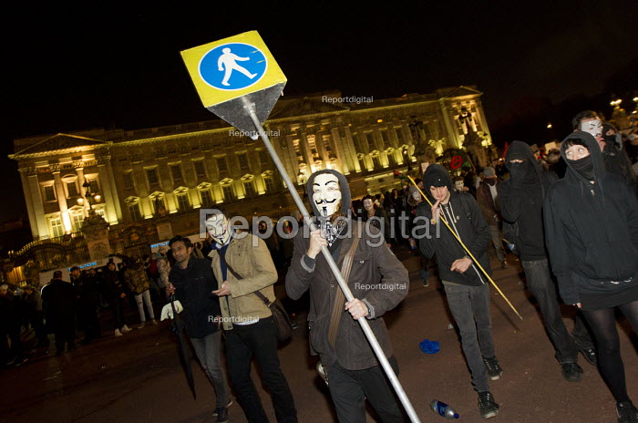 Anonymous Million Mask March protests outside Buckingham Palace. Westminster. London. - Jess Hurd - 2014-11-05