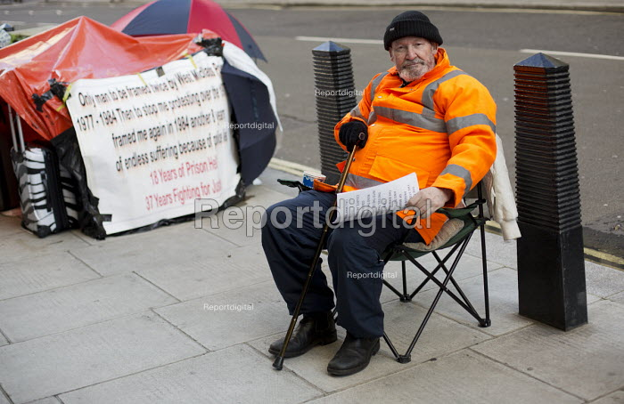 Martin Foran, who is dying of cancer, camps outside the Minitstry of Justice to demands an apology for his wrongful 18 year imprisonment for robbery convictions based on alleged fabricated evidence from the West Midlands Serious Crime Squad. Westminster. London. - Jess Hurd - 2014-11-09