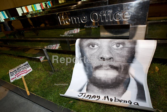 Protest over the killing of Jimmy Mubenga by G4S guards, the Home Office. International Migrants Day. Westminster. London. - Jess Hurd - 2014-12-19