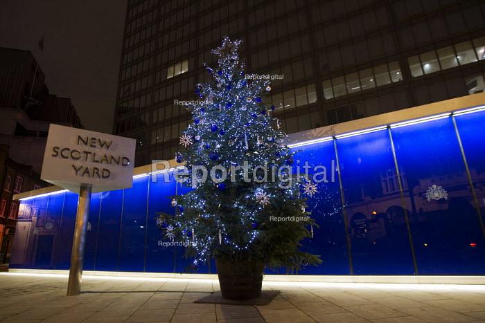 New Scotland Yard, police Christmas tree. Westminster. London. - Jess Hurd - 2014-12-19