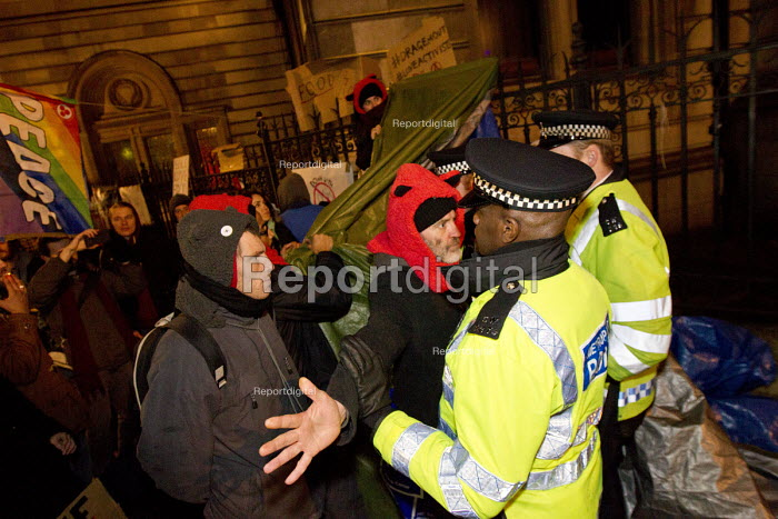 Love Activist protesters defend a soup kitchen offering hot food to the homeless opposite RBS Bank where they were evicted by Westminster Council. London. - Jess Hurd - 2014-12-30