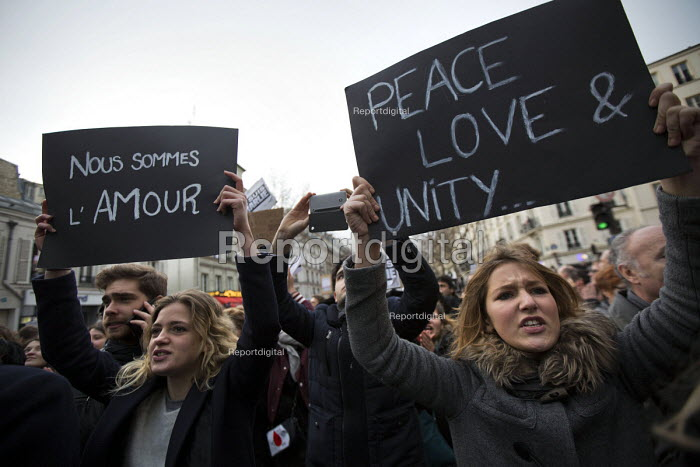 Peace Love and Unity, Je suis Charlie Hebdo unity march after the shooting of cartoonists in the attack on the Charlie Hebdo magazine offices, Paris. - Jess Hurd - 2015-01-11