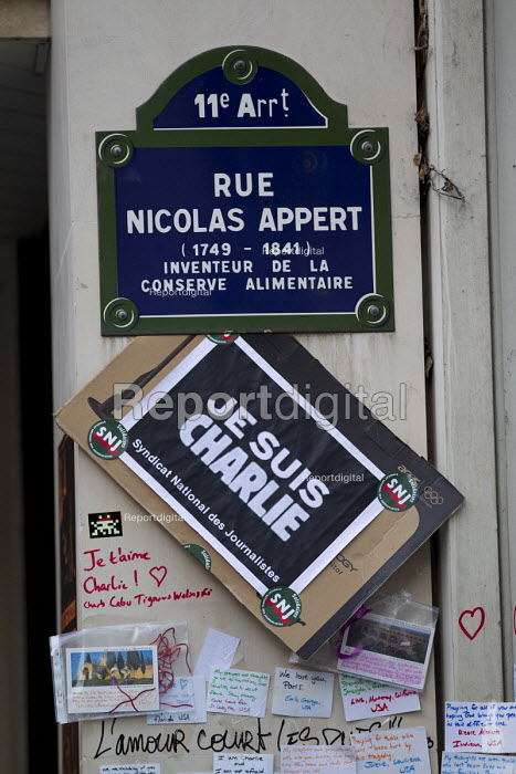Journalist union tribute after the shooting of cartoonists in the attack on the Charlie Hebdo at their magazine offices, Paris. - Jess Hurd - 2015-01-11