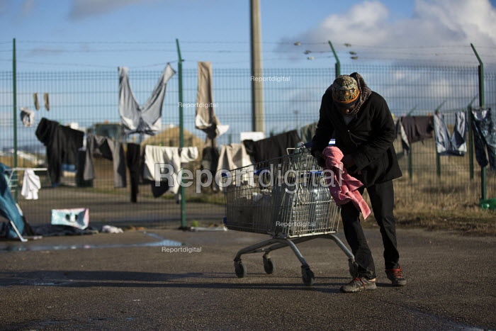 Sudanese refugees make a temporary shelter in freezing conditions in Calais. France. - Jess Hurd - 2015-01-13