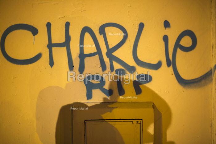 Je suis Charlie Hebdo: A solidarity memorial in the Place de la Republique, after the shooting of cartoonists in the attack on the Charlie Hebdo magazine offices, Paris. - Jess Hurd - 2014-01-10