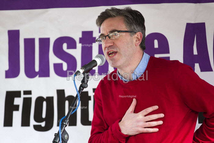 Matt Foot. Defend the Magna Carta. Justice Alliance, Relay for Rights along the Thames from Runnymede, the birthplace of the Magna Carta to the Global Law Summit. Against cuts to legal aid. London. - Jess Hurd - 2015-02-23