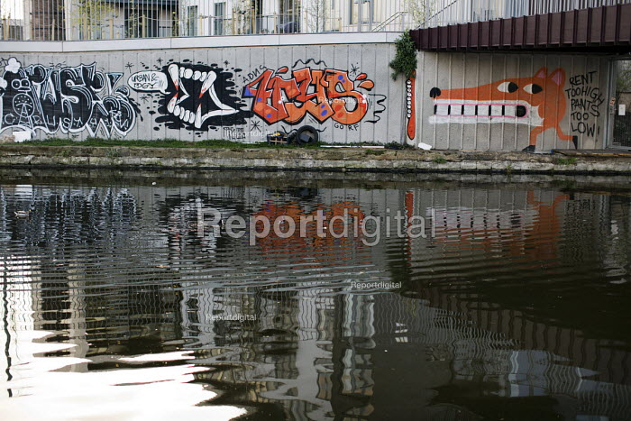 Rent Too High, Pants Too Low - anti hipster gentrification graffiti on an East London Canal. - Jess Hurd - 2015-04-10