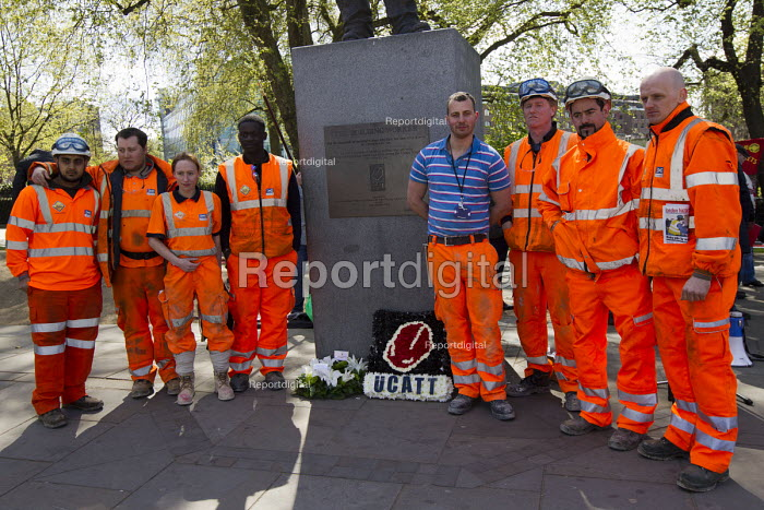 Crossrail workers show their respects. International Workers Memorial Day rally beside the Building Worker statue, Tower Hill, London. - Jess Hurd - 2015-04-29