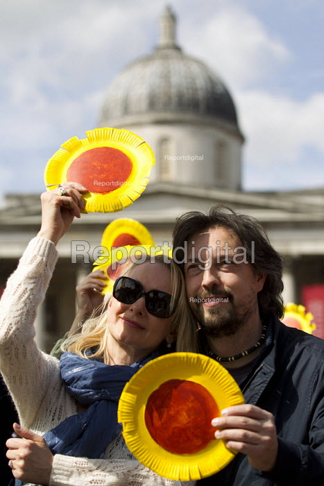 National Gallery strikers with sunflowers. May Day, International Workers Day protest. Trafalgar Square, London. - Jess Hurd - 2015-05-01