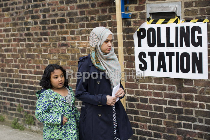 Muslim woman voting in the General Election. Tower Hamlets Polling Station. East London. - Jess Hurd - 2015-05-07