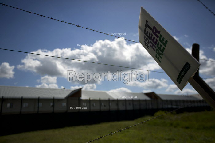 Surround Yarls Wood, End Detention. Set Her Free. Protest outside Yarls Wood Immigration Detention Centre against women in detention. Bedfordshire. - Jess Hurd - 2015-06-06