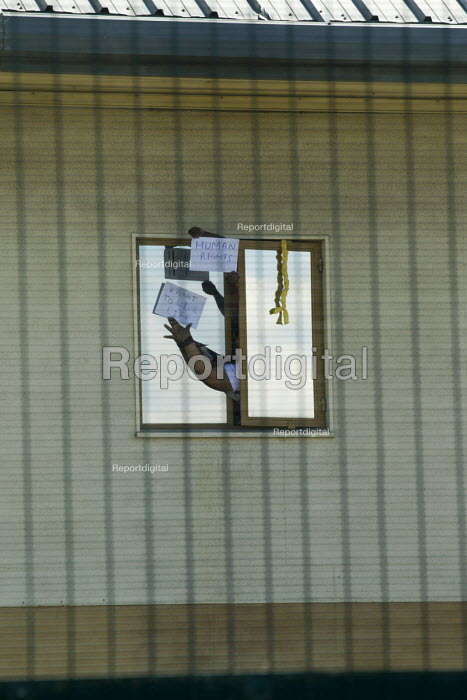 Detainee holds up messages. Surround Yarls Wood, End... - Jess Hurd, jj1506043.jpg