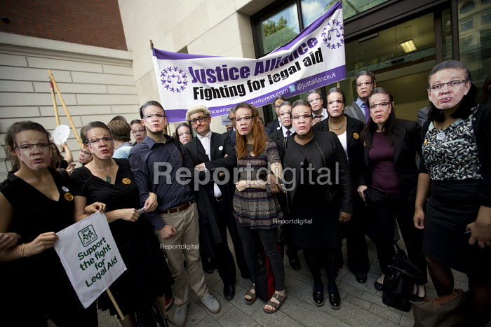 Lawyers protest against cuts in Legal Aid, Westminster Magistrates Court. London. - Jess Hurd - 2015-07-22