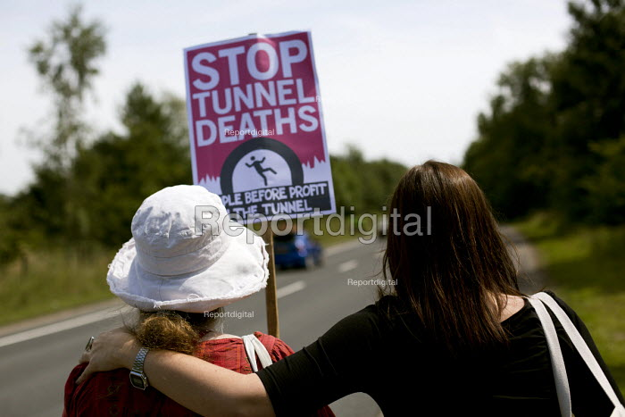Folkestone United, Stop Tunnel Deaths. Protest supporting migrant rights. Eurotunnel, Folkestone. Kent. - Jess Hurd - 2015-08-01