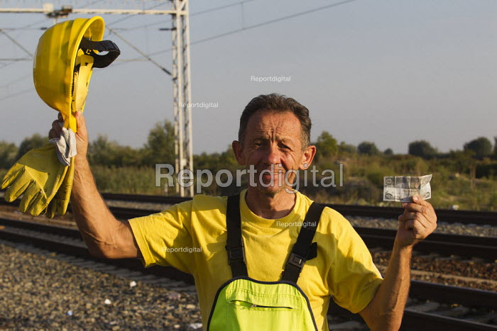 Railway worker finds Iraqi currency left on the track at Tovarnik railway station where refugees were transported to an unknown destination. Croatia. - Jess Hurd - 2015-09-23