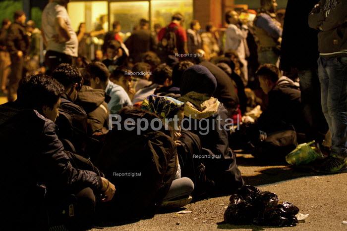 Exhausted refugees wait to access the overcrowded Opatovac refugee camp. Croatia. - Jess Hurd - 2015-09-22