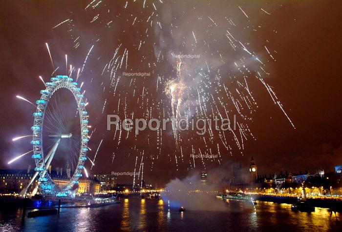 Fireworks at London Eye, New Years Eve, London. - James Jenkins - 2004-01-01