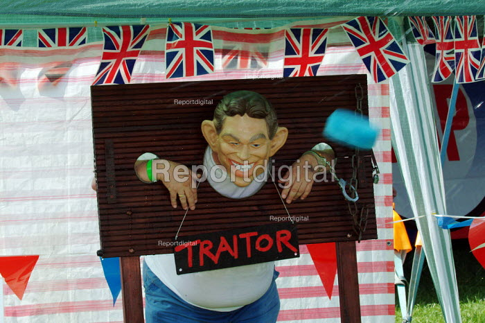"""Sponges being thrown at Tony Blair mock-up, British National Party """"Red, White & Blue"""" festival, Sawley, Lancashire. - James Jenkins - 2003-08-16"""