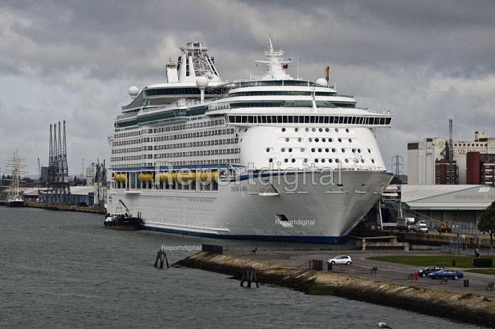 Cruise ship, Voyager of the Seas, Southampton Docks. - Paul Carter - 2009-05-03