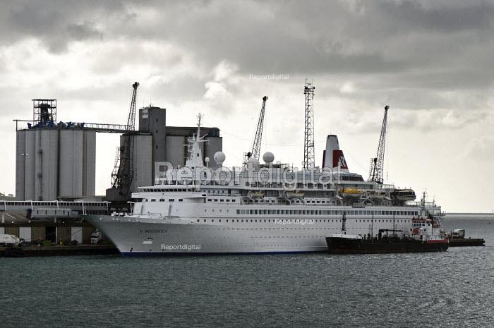 Cruise ship, Boudicca, Fred Olsen Line, being bunkered by Jaynee W. Southampton Docks. - Paul Carter - 2009-05-03