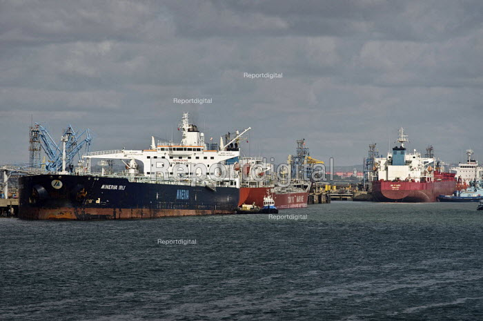 Oil tankers docked at the ExxonMobil Esso refinery jetty, Fawley. The Minerva Iris - Paul Carter - 2009-05-03