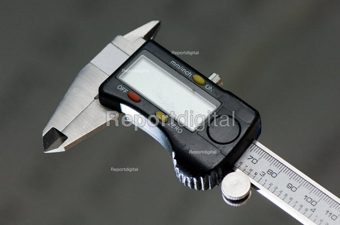 Digital callipers, in a Technology lesson at a secondary school. - Paul Carter - 2007-07-10