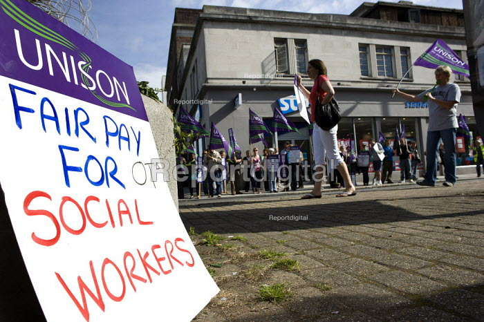A picket by social workers in Southampton during a one day strike against pay cuts. - Paul Carter - 2011-08-10