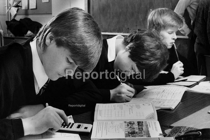 Pupils working during a maths class. - Paul Carter - 1986-12-01