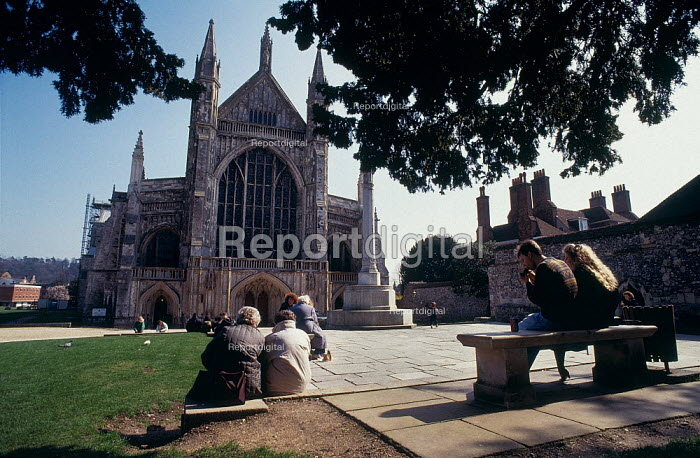 Tourists sitting in front of Winchester Cathedral. - Paul Carter - 1999-08-17