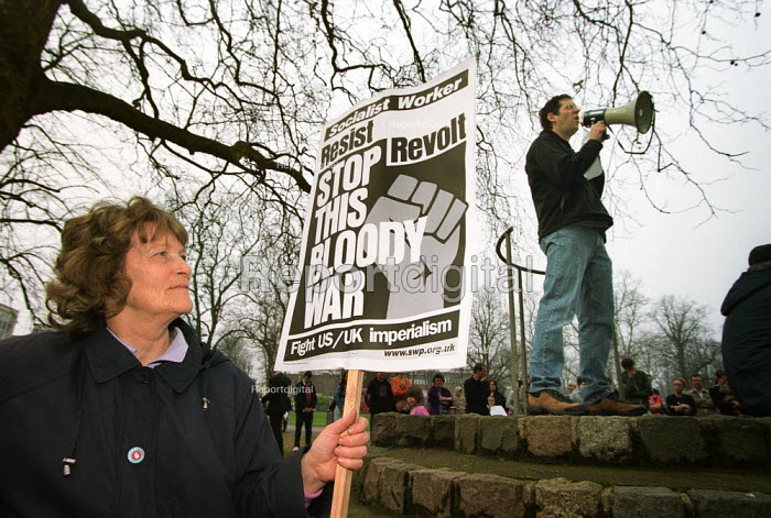 Orew Ben-Dor, originally from Israel, now a lecturer in Law at Southampton University speaking in Hoglands Park, Southampton at the end of a march to protest against the war in Iraq. Organised by Southampton Stop the War Coalition - Paul Carter - 2003-03-29