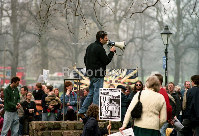 Orew Ben-Dor, originally from Israel, now a lecturer at Southampton University speaking in Hoglands Park, Southampton at the end of a march to protest against the war in Iraq. Organised by Southampton Stop the War Coalition - Paul Carter - 2003-03-29