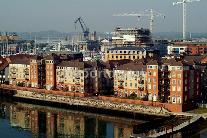 New development of luxury flats on the banks of Southampton Water. - Paul Carter - 2003-09-04