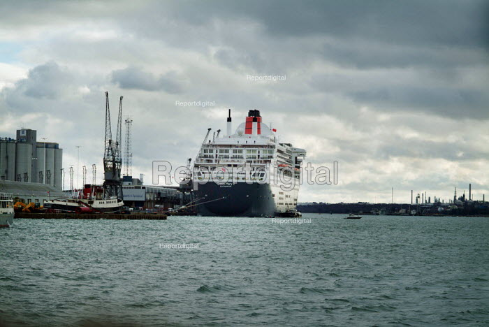 The passenger liner, The Cunard Queen Mary 2, docked in Southampton on the day of her maiden voyage. - Paul Carter - 2004-01-12
