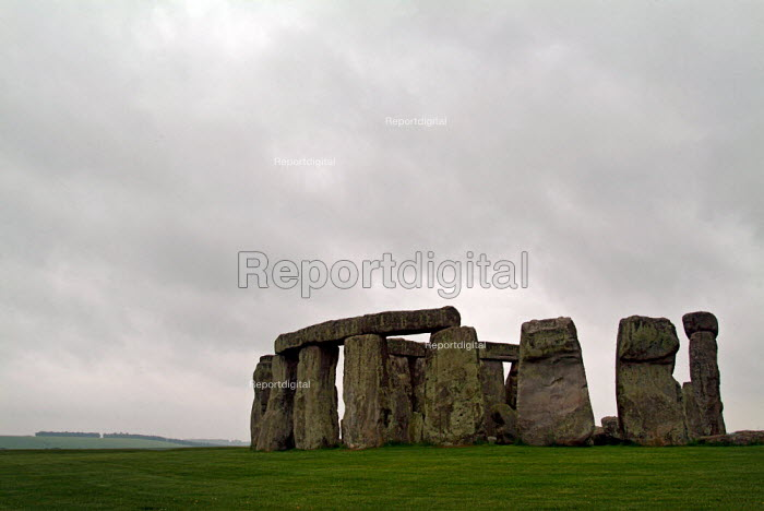 Ancient stone circle Stonehenge on the chalk down of Salisbury Plain, Wiltshire. - Paul Carter - 2003-06-10