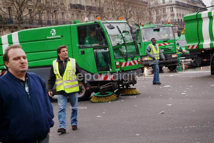 Street cleaners Paris - Paul Carter - 2005-02-06