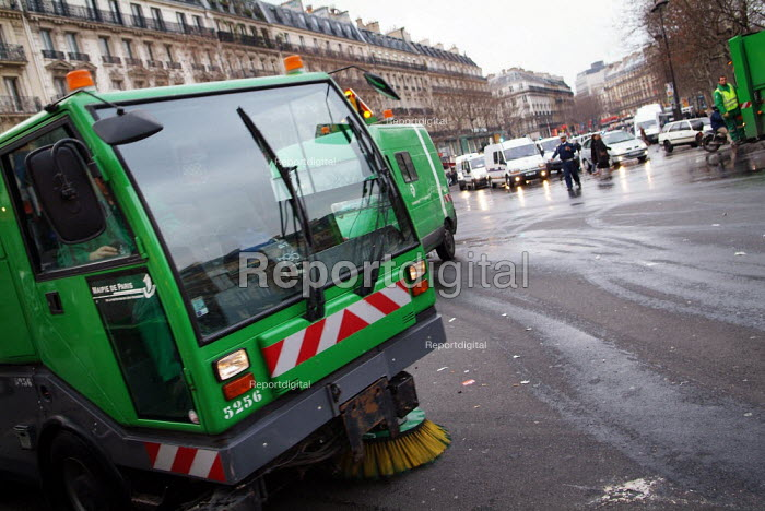 Street cleaners Paris - Paul Carter - 2005-02-06