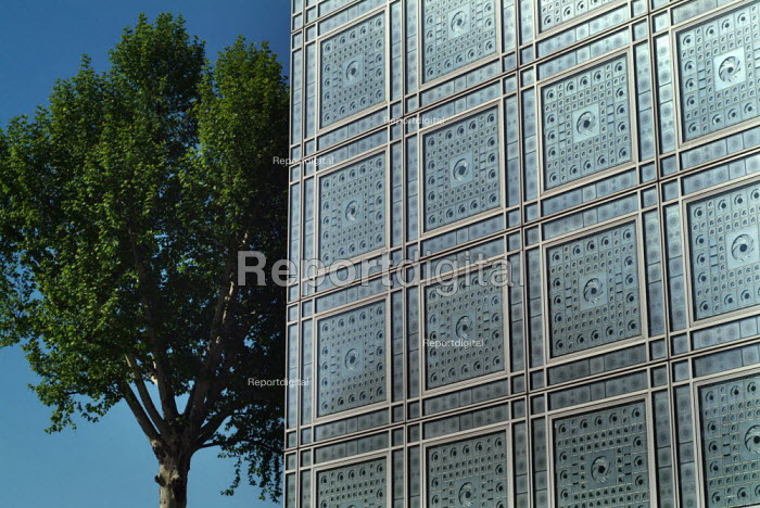 The Arab World Institute, Paris. Architect Jean Nouvel. The circular window shutters automatically open and close according the the strength of the sun. - Paul Carter - 2004-05-15