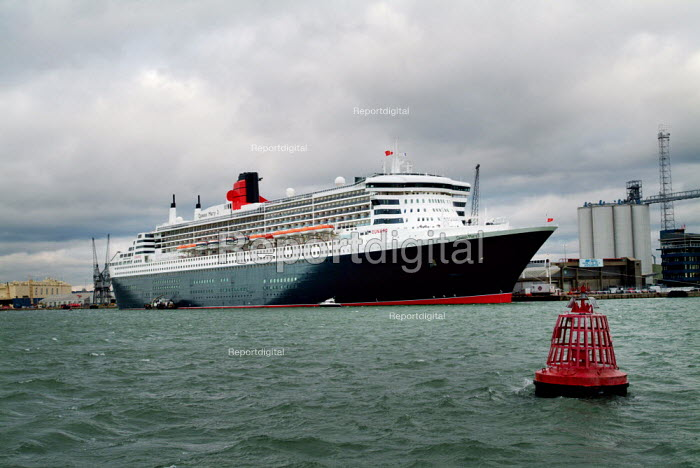 The passenger liner, The Cunard Queen Mary 2, docked in... - Paul Carter, JP991899.jpg
