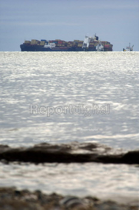 MSC Napoli beached with its cargo of nearly 2500 containers near Branscombe in Devon, after being damaged during a storm on January 18, 2007. - Paul Carter - 2007-01-28