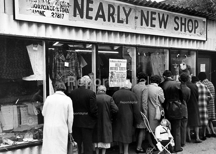 Queue waiting for the Nearly New Shop to open, in Coventry. - John Sturrock - 1975-10-20