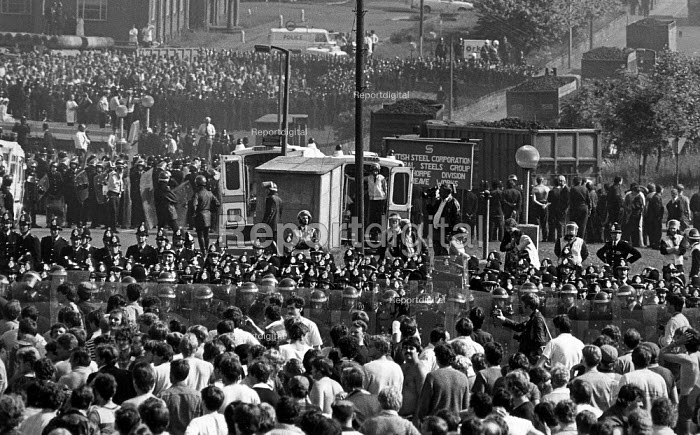 The Miners Strike, a mass picket at Orgreave Coke Works near Sheffield, Steelworkers walked out while a convoy of coke lorries leaves. - John Sturrock - 1984-06-18