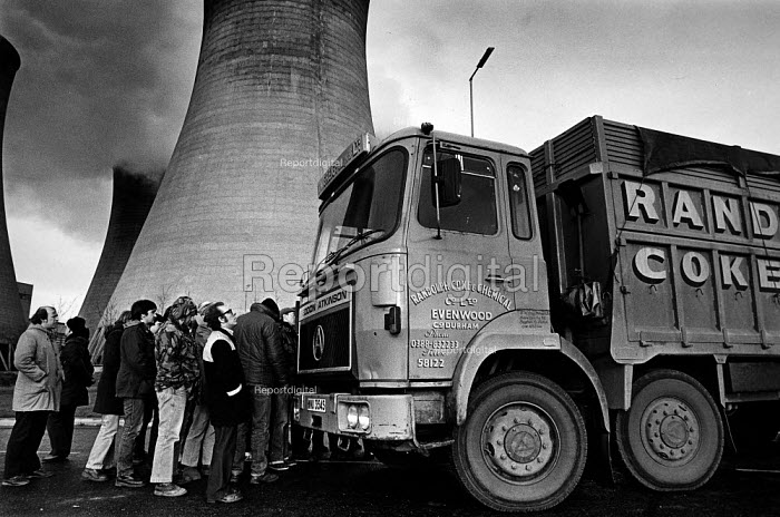 NUM picket at Eggborough Power Station, North Yorkshire 1984 - John Sturrock - 1984-04-02