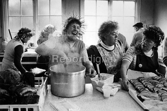 Miners Strike Preparing a Christmas dinner at Cadeby Miners Welfare, Yorkshire. - John Sturrock - 1984-12-22