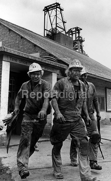 Mineworkers finishing a day shift, Shirebrook Colliery, Derbyshire - John Sturrock - 1986-11-10