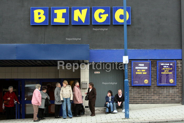 Smokers go outside the Gala bingo hall to have a... - Justin Tallis, JT1001189.JPG