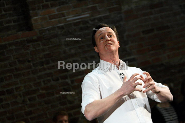 Conservative leader David Cameron giving a speech to party... - Justin Tallis, JT1003077.jpg