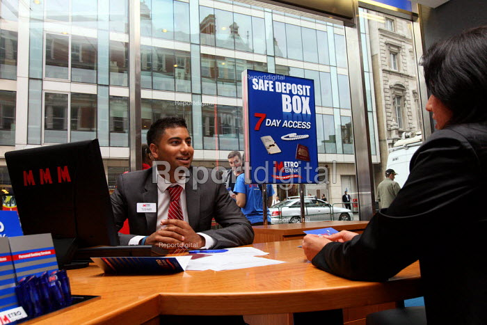 First branch of Metro Bank opens in Holborn. Customer... - Justin Tallis, JT1007211.JPG